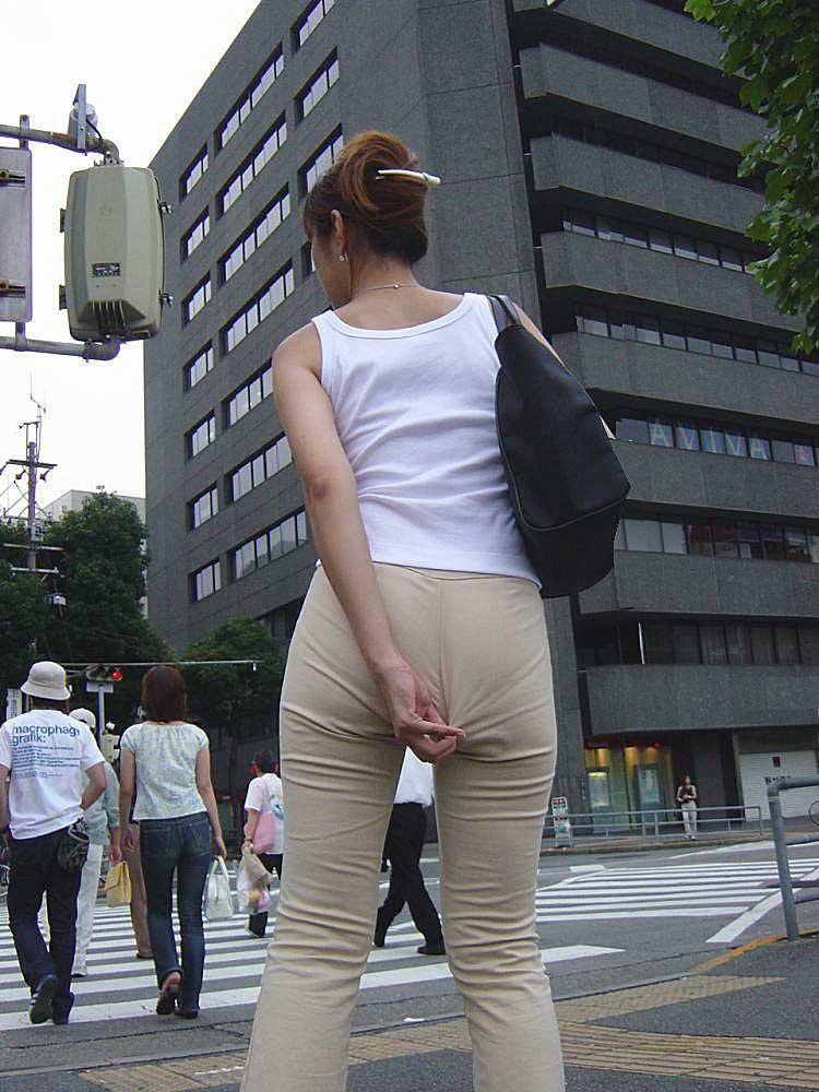 【透けパンツエロ画像】透けパン最高!スカートやズボンから透けるパンティー。オカズとしてお世話になっていますが、この透け具合女性陣は意識してんすか? 36