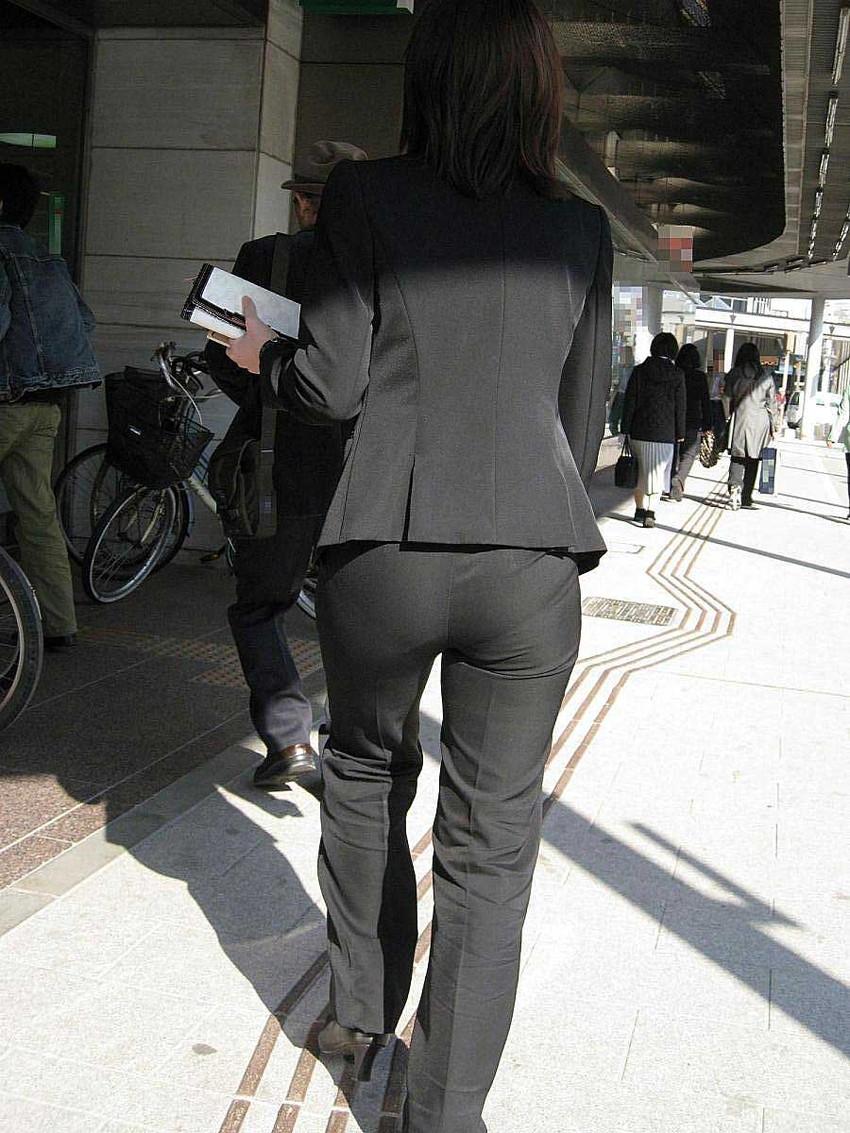 【パンツスーツエロ画像】タイトなパンツスーツの尻ほどエロいものは無い!街中で最もエロい恰好で歩いちゃってる働く女性達の尻画像厳選50枚でヌけ! 03