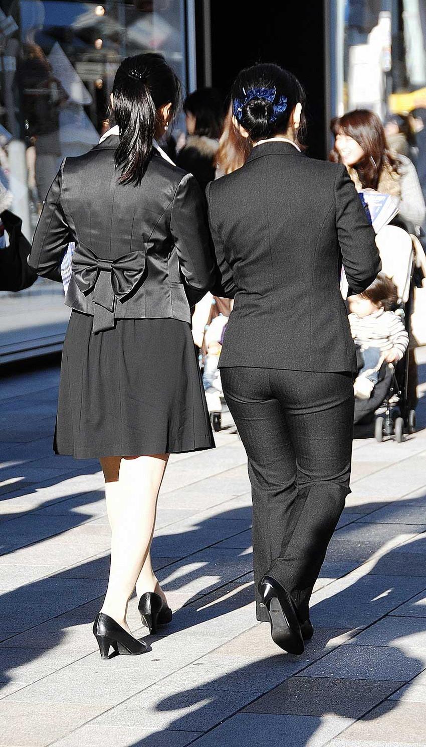 【パンツスーツエロ画像】タイトなパンツスーツの尻ほどエロいものは無い!街中で最もエロい恰好で歩いちゃってる働く女性達の尻画像厳選50枚でヌけ! 06