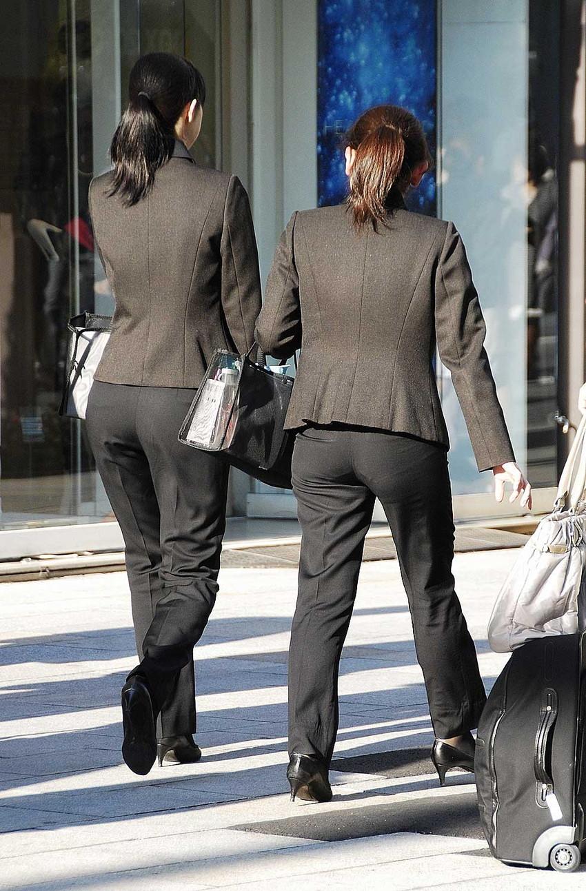 【パンツスーツエロ画像】タイトなパンツスーツの尻ほどエロいものは無い!街中で最もエロい恰好で歩いちゃってる働く女性達の尻画像厳選50枚でヌけ! 07