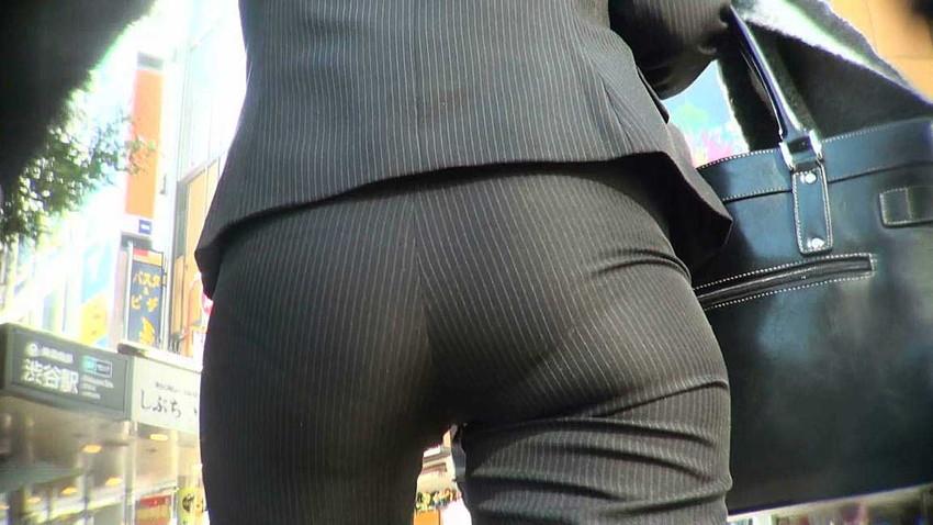 【パンツスーツエロ画像】タイトなパンツスーツの尻ほどエロいものは無い!街中で最もエロい恰好で歩いちゃってる働く女性達の尻画像厳選50枚でヌけ! 08