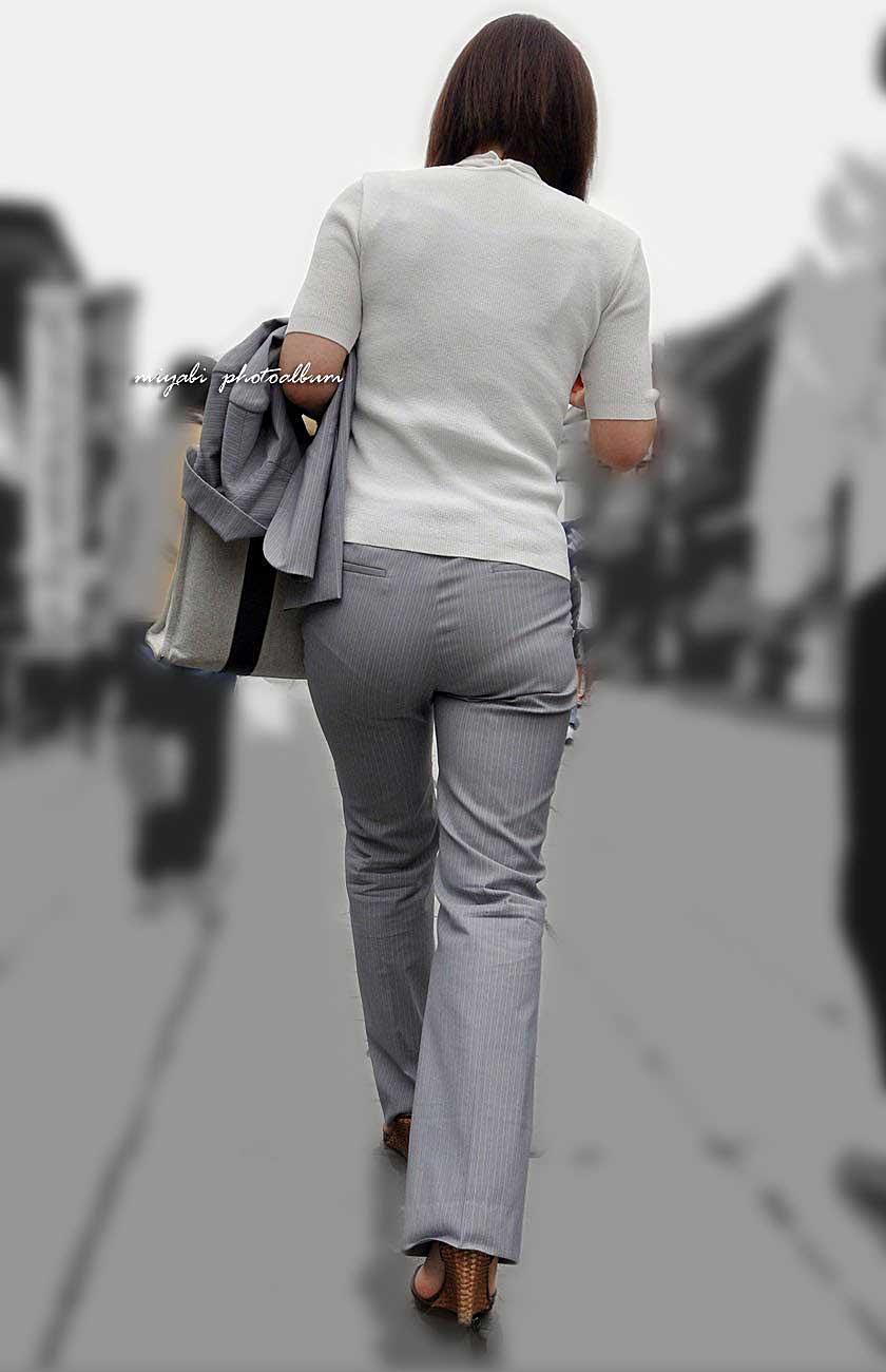 【パンツスーツエロ画像】タイトなパンツスーツの尻ほどエロいものは無い!街中で最もエロい恰好で歩いちゃってる働く女性達の尻画像厳選50枚でヌけ! 09