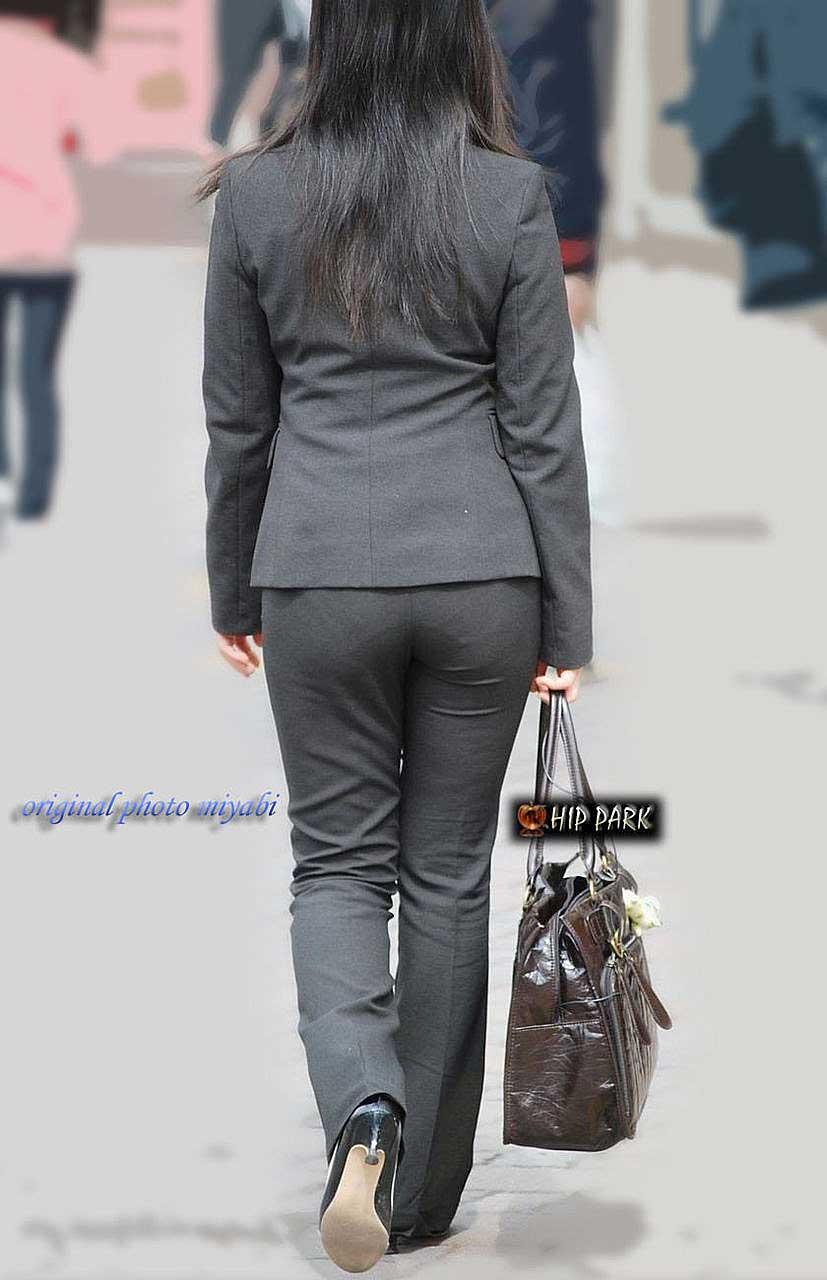 【パンツスーツエロ画像】タイトなパンツスーツの尻ほどエロいものは無い!街中で最もエロい恰好で歩いちゃってる働く女性達の尻画像厳選50枚でヌけ! 10