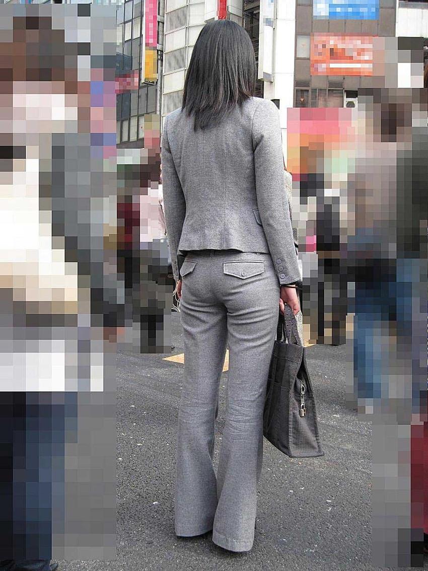 【パンツスーツエロ画像】タイトなパンツスーツの尻ほどエロいものは無い!街中で最もエロい恰好で歩いちゃってる働く女性達の尻画像厳選50枚でヌけ! 14