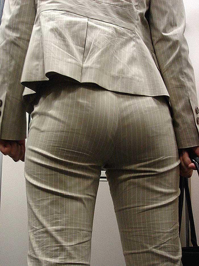 【パンツスーツエロ画像】タイトなパンツスーツの尻ほどエロいものは無い!街中で最もエロい恰好で歩いちゃってる働く女性達の尻画像厳選50枚でヌけ! 15