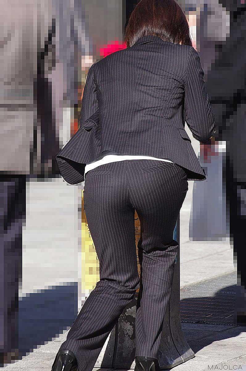 【パンツスーツエロ画像】タイトなパンツスーツの尻ほどエロいものは無い!街中で最もエロい恰好で歩いちゃってる働く女性達の尻画像厳選50枚でヌけ! 16