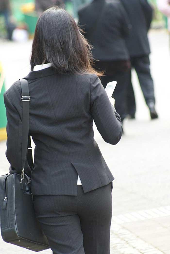 【パンツスーツエロ画像】タイトなパンツスーツの尻ほどエロいものは無い!街中で最もエロい恰好で歩いちゃってる働く女性達の尻画像厳選50枚でヌけ! 19