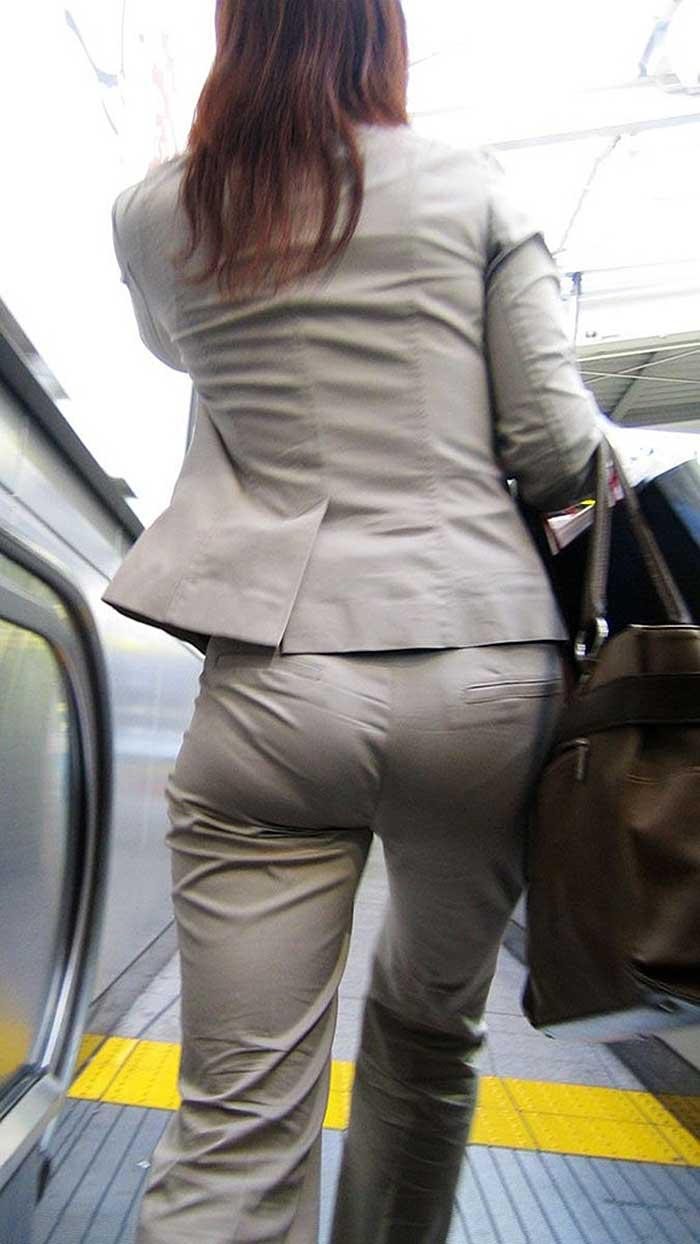 【パンツスーツエロ画像】タイトなパンツスーツの尻ほどエロいものは無い!街中で最もエロい恰好で歩いちゃってる働く女性達の尻画像厳選50枚でヌけ! 20