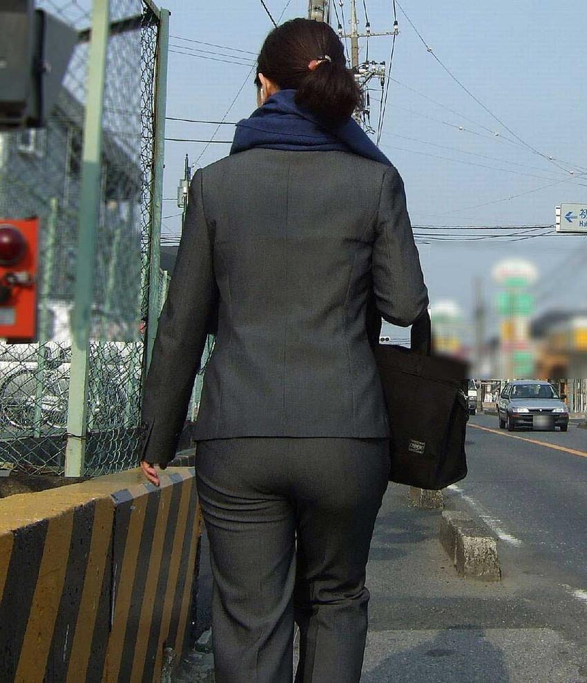 【パンツスーツエロ画像】タイトなパンツスーツの尻ほどエロいものは無い!街中で最もエロい恰好で歩いちゃってる働く女性達の尻画像厳選50枚でヌけ! 22