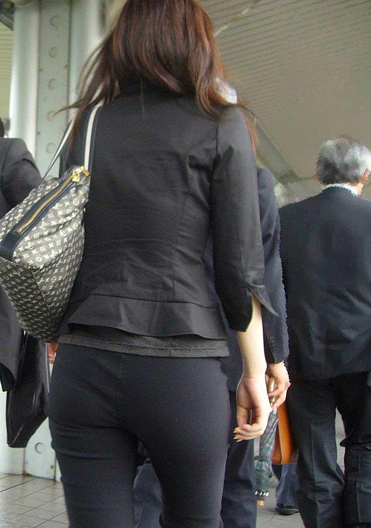 【パンツスーツエロ画像】タイトなパンツスーツの尻ほどエロいものは無い!街中で最もエロい恰好で歩いちゃってる働く女性達の尻画像厳選50枚でヌけ! 23