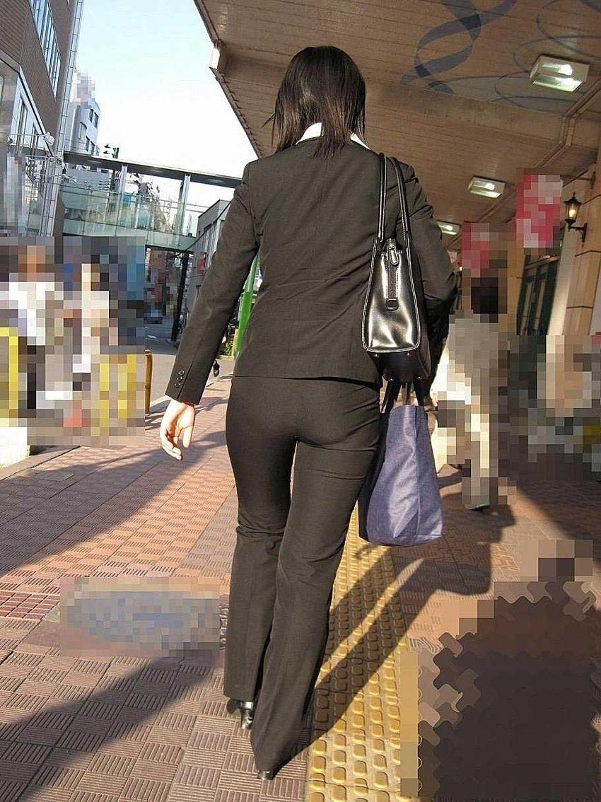 【パンツスーツエロ画像】タイトなパンツスーツの尻ほどエロいものは無い!街中で最もエロい恰好で歩いちゃってる働く女性達の尻画像厳選50枚でヌけ! 24