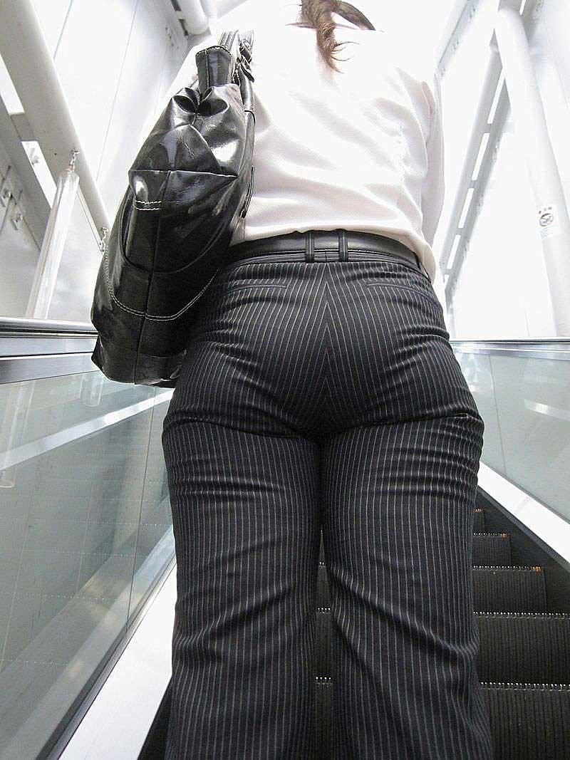 【パンツスーツエロ画像】タイトなパンツスーツの尻ほどエロいものは無い!街中で最もエロい恰好で歩いちゃってる働く女性達の尻画像厳選50枚でヌけ! 27