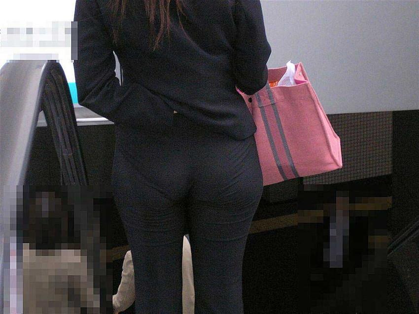 【パンツスーツエロ画像】タイトなパンツスーツの尻ほどエロいものは無い!街中で最もエロい恰好で歩いちゃってる働く女性達の尻画像厳選50枚でヌけ! 28
