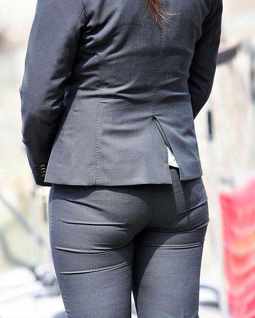 【パンツスーツエロ画像】タイトなパンツスーツの尻ほどエロいものは無い!街中で最もエロい恰好で歩いちゃってる働く女性達の尻画像厳選50枚でヌけ! 31