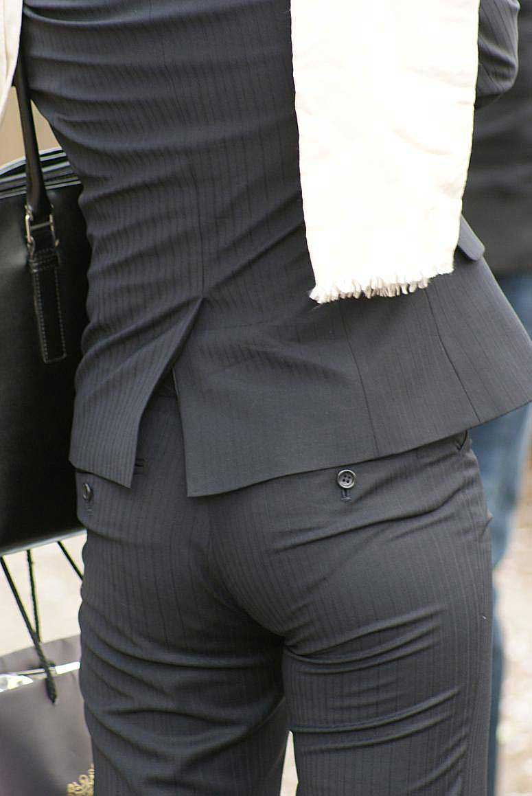 【パンツスーツエロ画像】タイトなパンツスーツの尻ほどエロいものは無い!街中で最もエロい恰好で歩いちゃってる働く女性達の尻画像厳選50枚でヌけ! 32