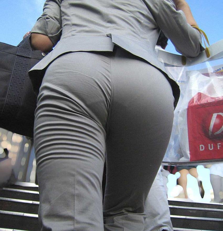 【パンツスーツエロ画像】タイトなパンツスーツの尻ほどエロいものは無い!街中で最もエロい恰好で歩いちゃってる働く女性達の尻画像厳選50枚でヌけ! 33