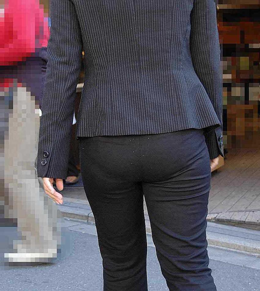 【パンツスーツエロ画像】タイトなパンツスーツの尻ほどエロいものは無い!街中で最もエロい恰好で歩いちゃってる働く女性達の尻画像厳選50枚でヌけ! 34