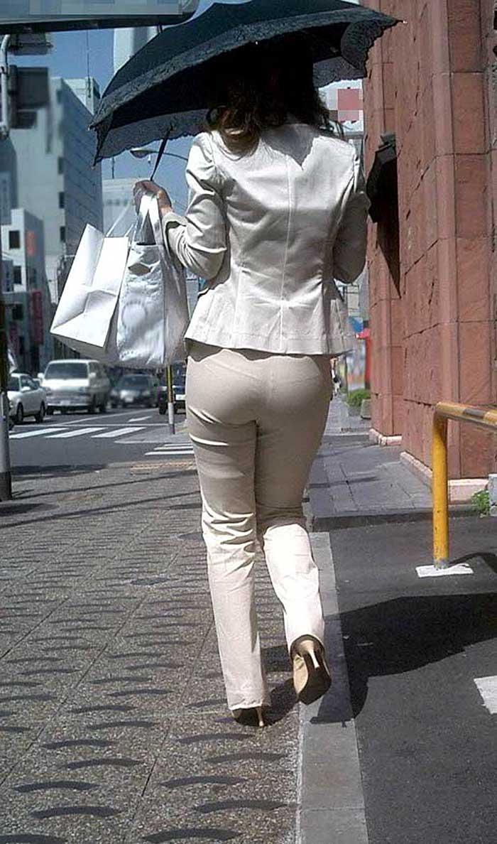 【パンツスーツエロ画像】タイトなパンツスーツの尻ほどエロいものは無い!街中で最もエロい恰好で歩いちゃってる働く女性達の尻画像厳選50枚でヌけ! 36