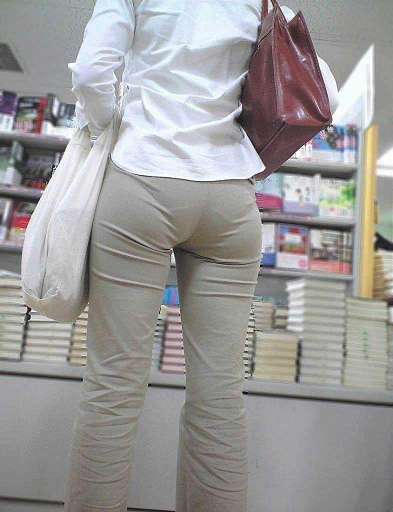 【パンツスーツエロ画像】タイトなパンツスーツの尻ほどエロいものは無い!街中で最もエロい恰好で歩いちゃってる働く女性達の尻画像厳選50枚でヌけ! 39