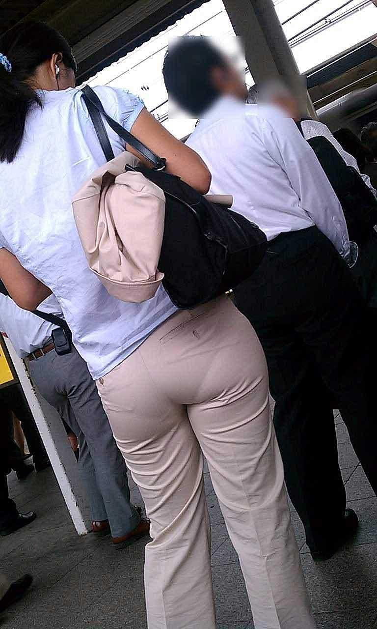【パンツスーツエロ画像】タイトなパンツスーツの尻ほどエロいものは無い!街中で最もエロい恰好で歩いちゃってる働く女性達の尻画像厳選50枚でヌけ! 40