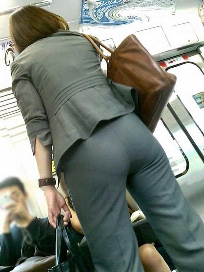 【パンツスーツエロ画像】タイトなパンツスーツの尻ほどエロいものは無い!街中で最もエロい恰好で歩いちゃってる働く女性達の尻画像厳選50枚でヌけ! 44