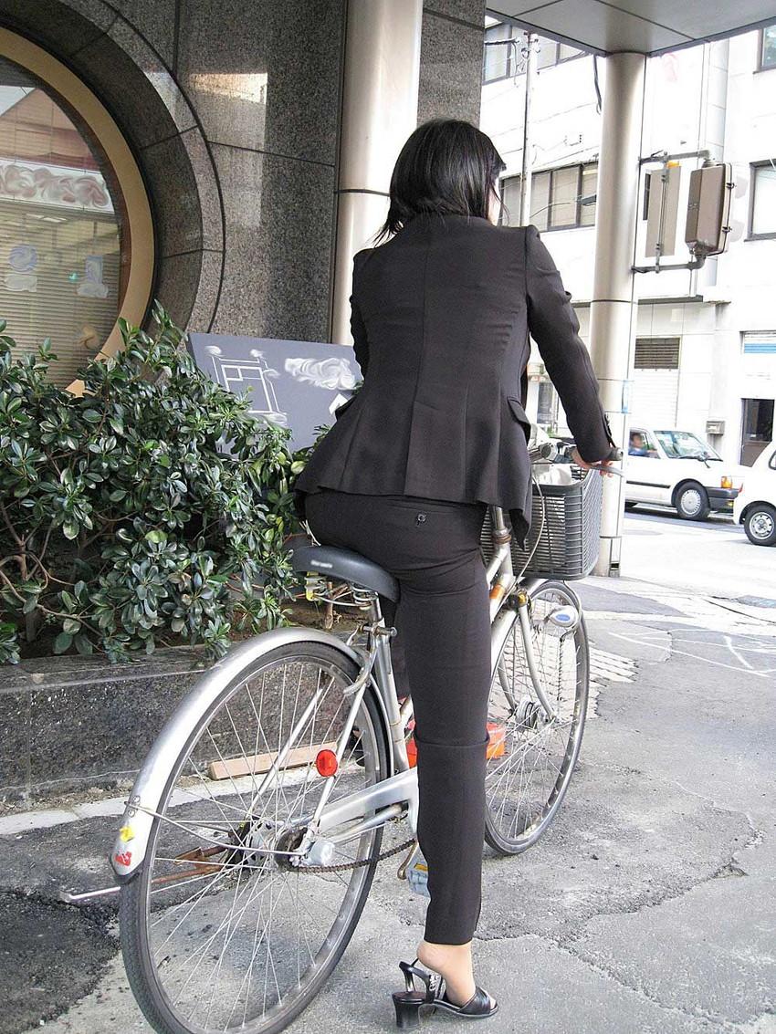 【パンツスーツエロ画像】タイトなパンツスーツの尻ほどエロいものは無い!街中で最もエロい恰好で歩いちゃってる働く女性達の尻画像厳選50枚でヌけ! 45