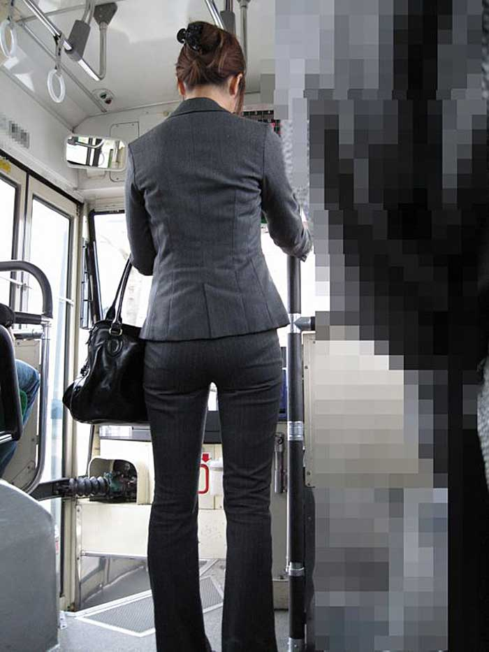 【パンツスーツエロ画像】タイトなパンツスーツの尻ほどエロいものは無い!街中で最もエロい恰好で歩いちゃってる働く女性達の尻画像厳選50枚でヌけ! 47