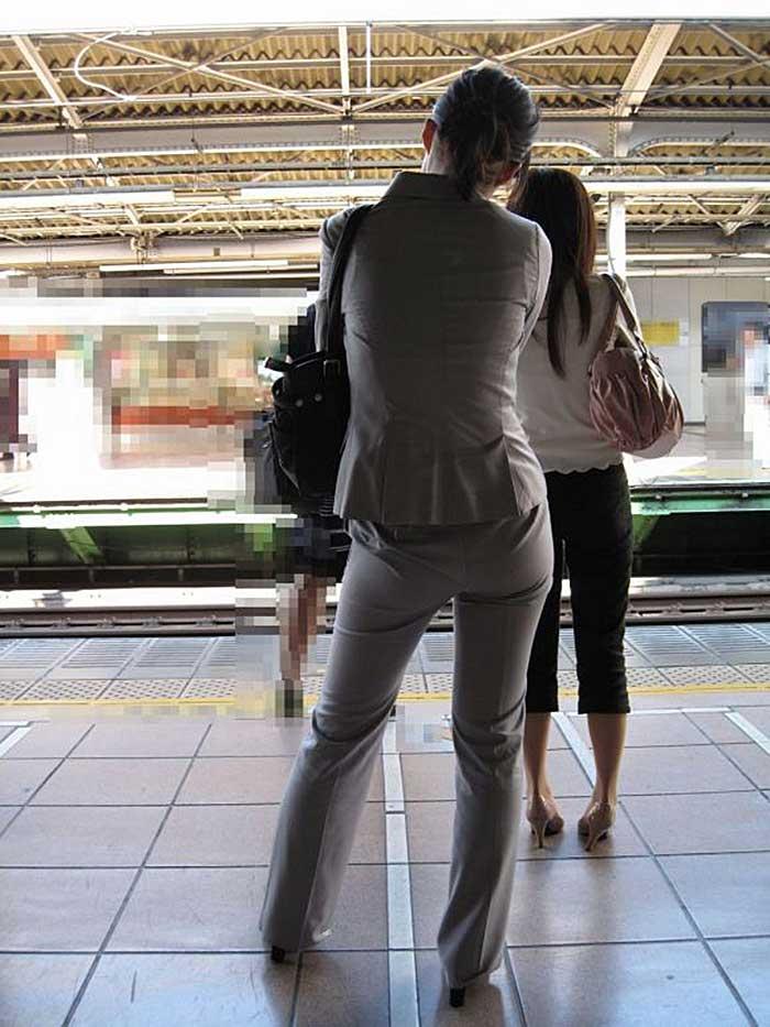 【パンツスーツエロ画像】タイトなパンツスーツの尻ほどエロいものは無い!街中で最もエロい恰好で歩いちゃってる働く女性達の尻画像厳選50枚でヌけ! 48