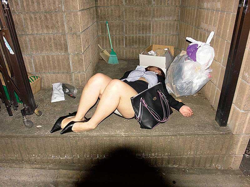 【泥酔ギャルエロ画像】酒の力は何よりもスゴい!泥酔してエロい恰好になっちゃったギャルの画像を集めたら妄想も膨らんで最高のオカズになりました。 09