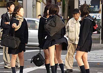 【JKエ□画像】ナイス神風!JKのスカートが巻き上がりパンツ丸見えwww