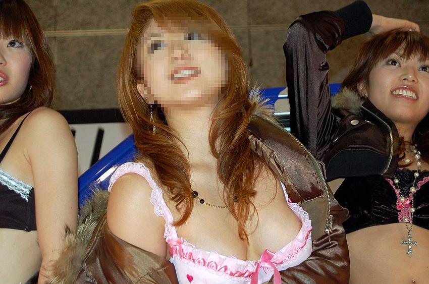 【乳首チラエロ画像】乳首見えてますよー!的な超エロハプニング画像50選!モニターに顔を近づけすぎないように注意してくださいww 03