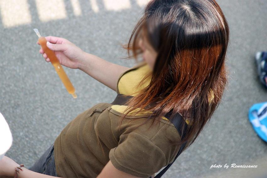 【パイスラッシュエロ画像】カバンをたすき掛けしてる女性のおっぱいエロすぎ!安全とエロのためにぜひカバンはたすき掛けをしましょう! 06