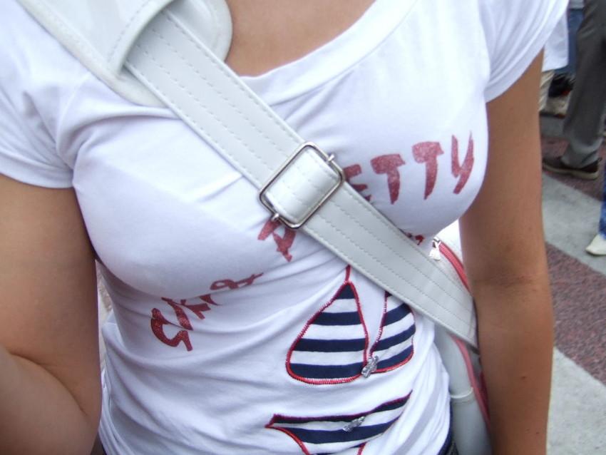 【パイスラッシュエロ画像】カバンをたすき掛けしてる女性のおっぱいエロすぎ!安全とエロのためにぜひカバンはたすき掛けをしましょう! 17