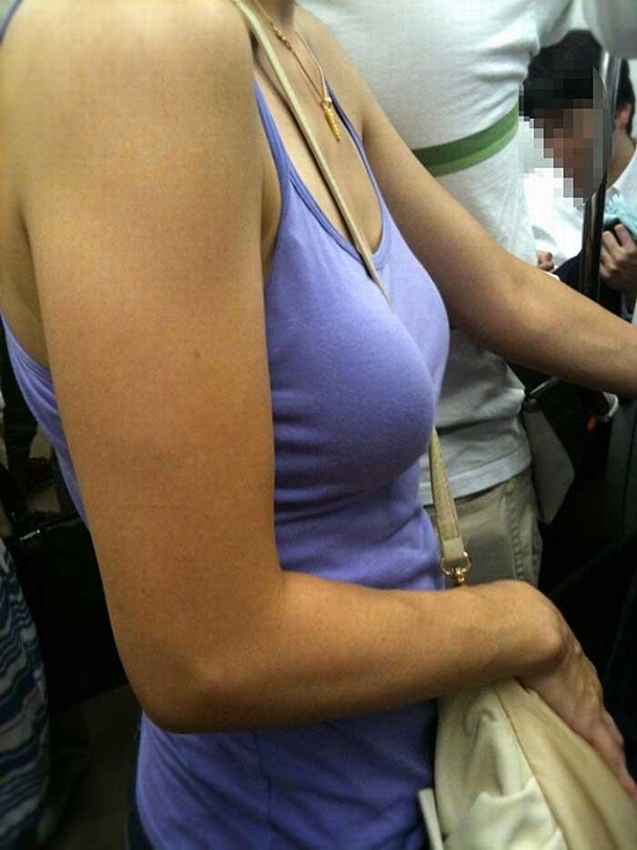 【パイスラッシュエロ画像】カバンをたすき掛けしてる女性のおっぱいエロすぎ!安全とエロのためにぜひカバンはたすき掛けをしましょう! 23