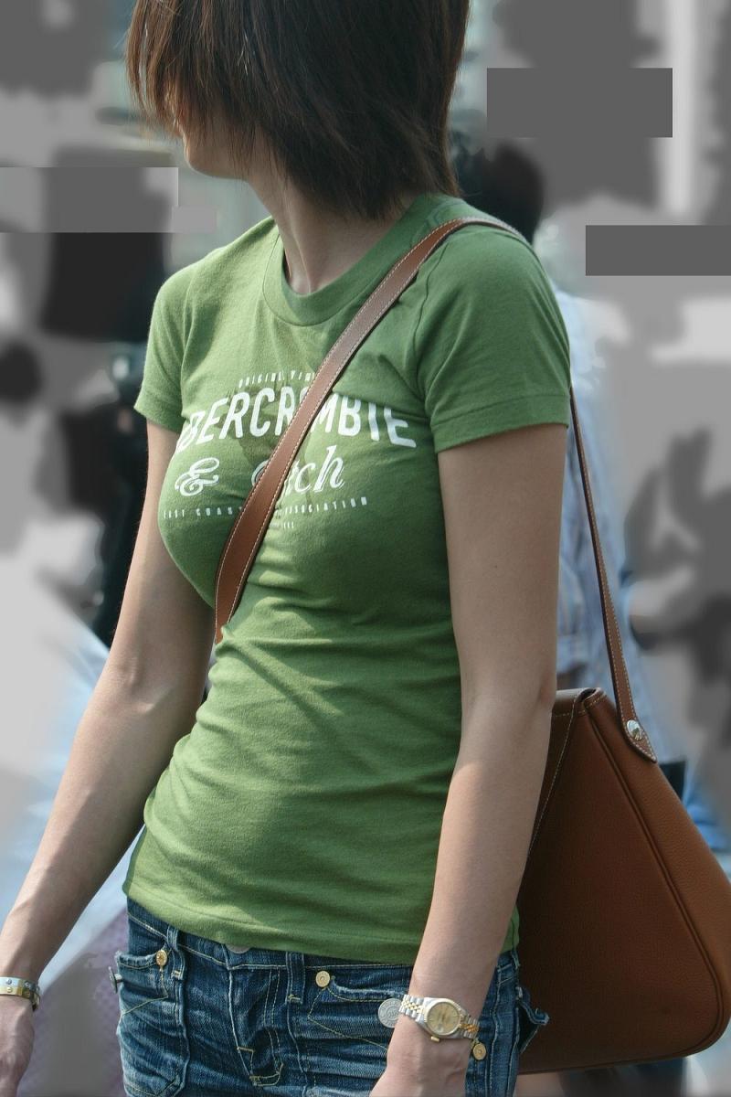 【パイスラッシュエロ画像】カバンをたすき掛けしてる女性のおっぱいエロすぎ!安全とエロのためにぜひカバンはたすき掛けをしましょう! 31