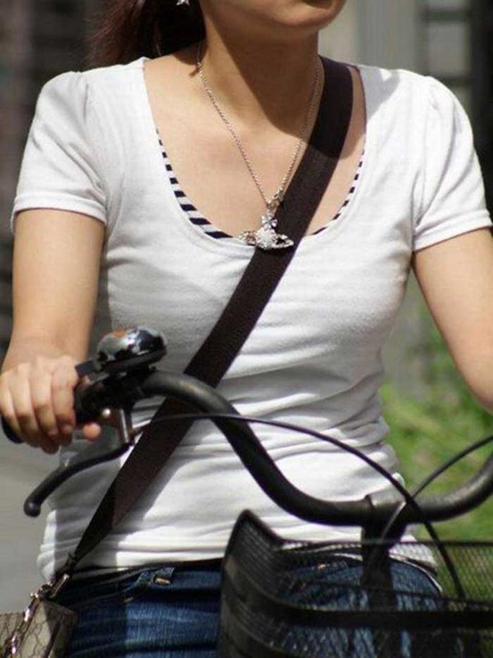 【パイスラッシュエロ画像】カバンをたすき掛けしてる女性のおっぱいエロすぎ!安全とエロのためにぜひカバンはたすき掛けをしましょう! 37