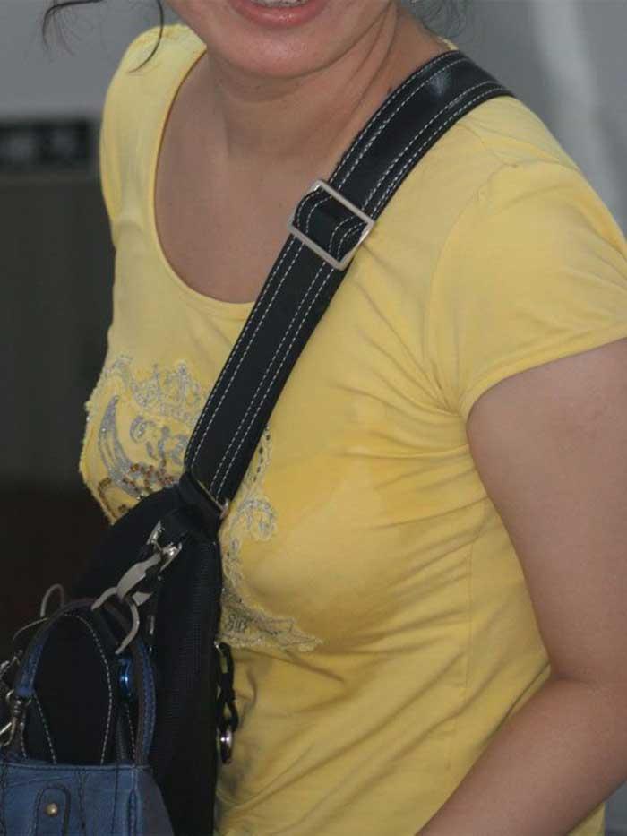 【パイスラッシュエロ画像】カバンをたすき掛けしてる女性のおっぱいエロすぎ!安全とエロのためにぜひカバンはたすき掛けをしましょう! 49