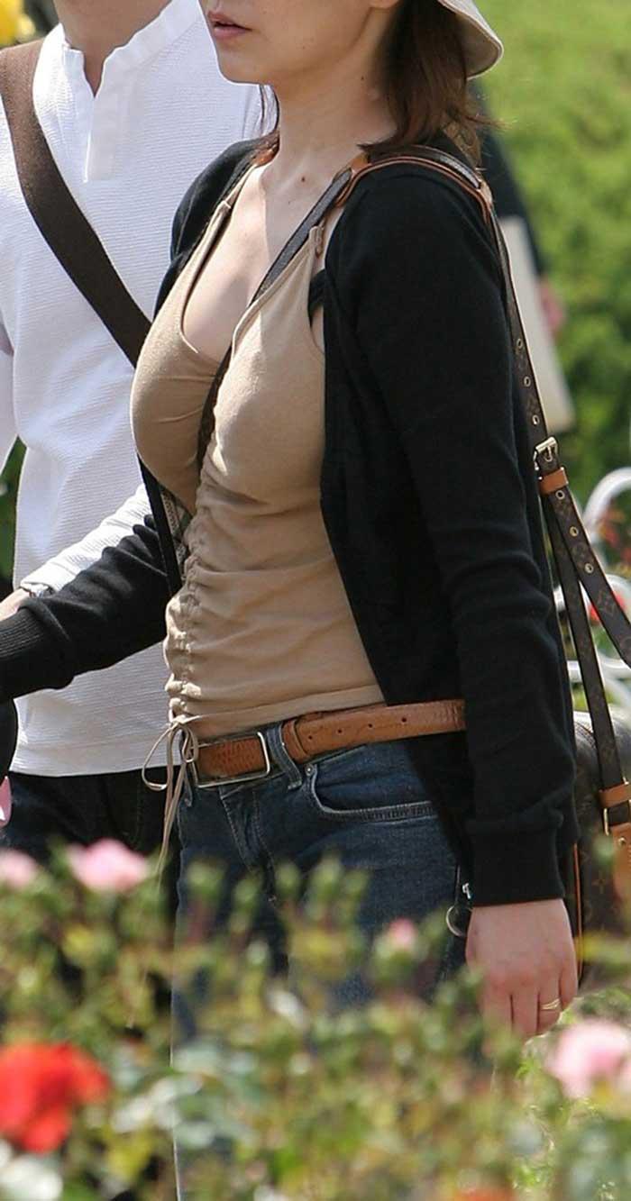 【パイスラッシュエロ画像】カバンをたすき掛けしてる女性のおっぱいエロすぎ!安全とエロのためにぜひカバンはたすき掛けをしましょう! 50