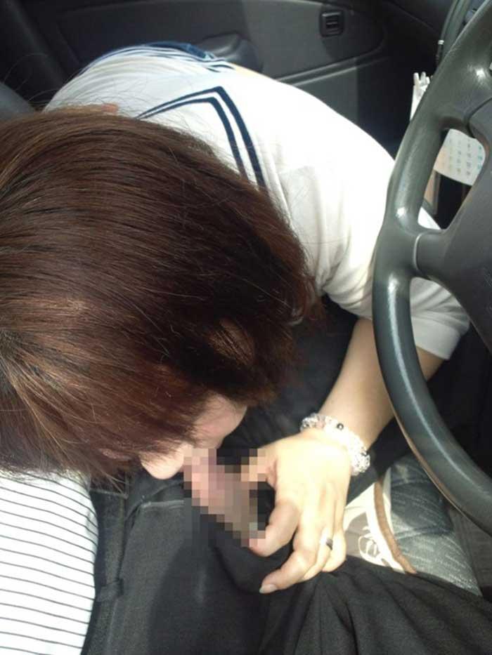 【車内フェラエロ画像】車内でフェラってドキドキで超エロい!もう誰かに見られちゃってもいいよね的な車の中でのフェラ画像50枚 08