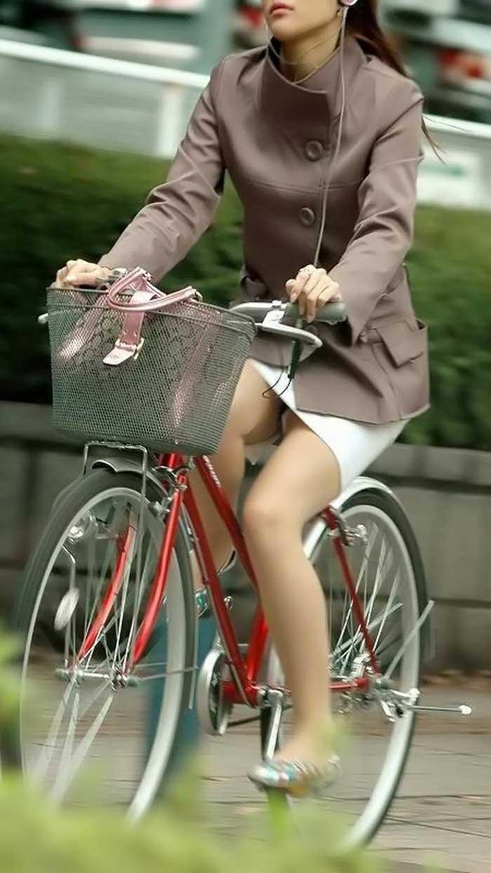 【自転車パンチラエロ画像】一日の始まりや終わりをを華やかにしてくれる自転車パンチラ!前も後もばっちり見えちゃった画像集めました。
