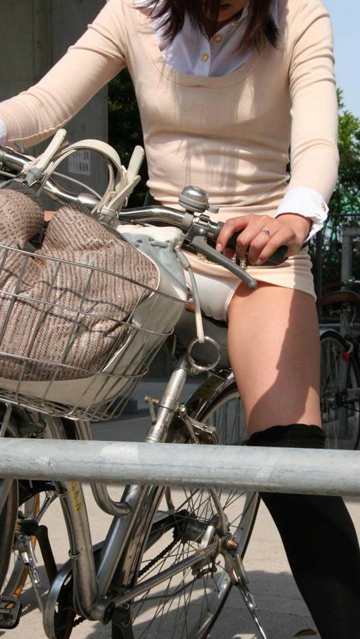 【自転車パンチラエロ画像】一日の始まりや終わりをを華やかにしてくれる自転車パンチラ!前も後もばっちり見えちゃった画像集めました。 04