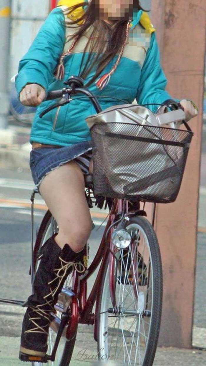 【自転車パンチラエロ画像】一日の始まりや終わりをを華やかにしてくれる自転車パンチラ!前も後もばっちり見えちゃった画像集めました。 08