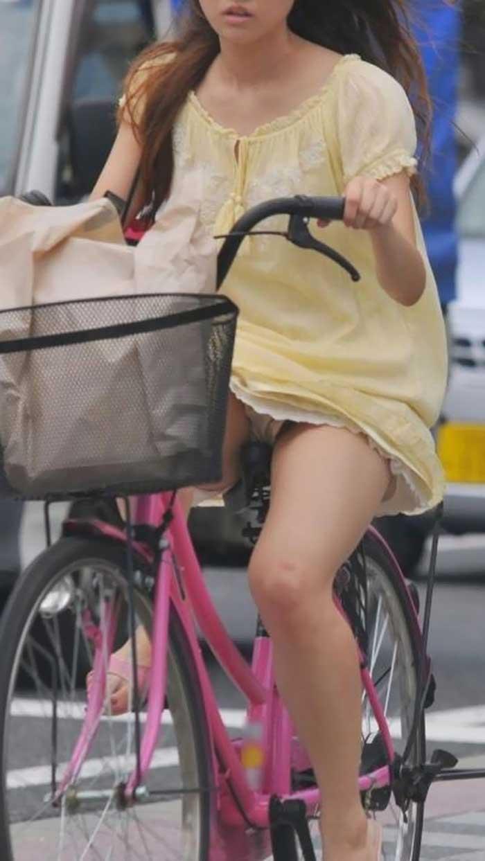 【自転車パンチラエロ画像】一日の始まりや終わりをを華やかにしてくれる自転車パンチラ!前も後もばっちり見えちゃった画像集めました。 09