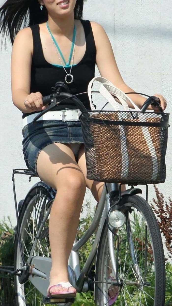【自転車パンチラエロ画像】一日の始まりや終わりをを華やかにしてくれる自転車パンチラ!前も後もばっちり見えちゃった画像集めました。 10