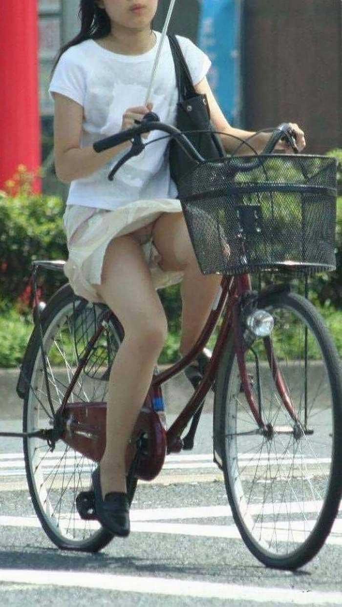 【自転車パンチラエロ画像】一日の始まりや終わりをを華やかにしてくれる自転車パンチラ!前も後もばっちり見えちゃった画像集めました。 11
