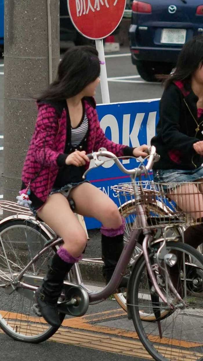 【自転車パンチラエロ画像】一日の始まりや終わりをを華やかにしてくれる自転車パンチラ!前も後もばっちり見えちゃった画像集めました。 12