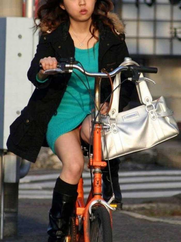 【自転車パンチラエロ画像】一日の始まりや終わりをを華やかにしてくれる自転車パンチラ!前も後もばっちり見えちゃった画像集めました。 14