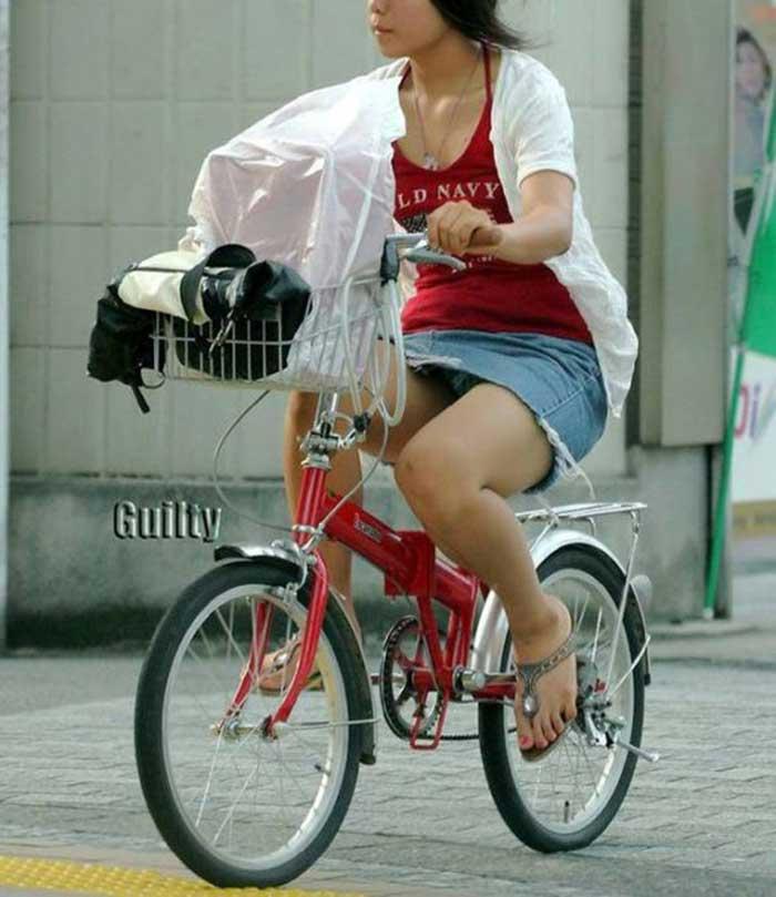 【自転車パンチラエロ画像】一日の始まりや終わりをを華やかにしてくれる自転車パンチラ!前も後もばっちり見えちゃった画像集めました。 15