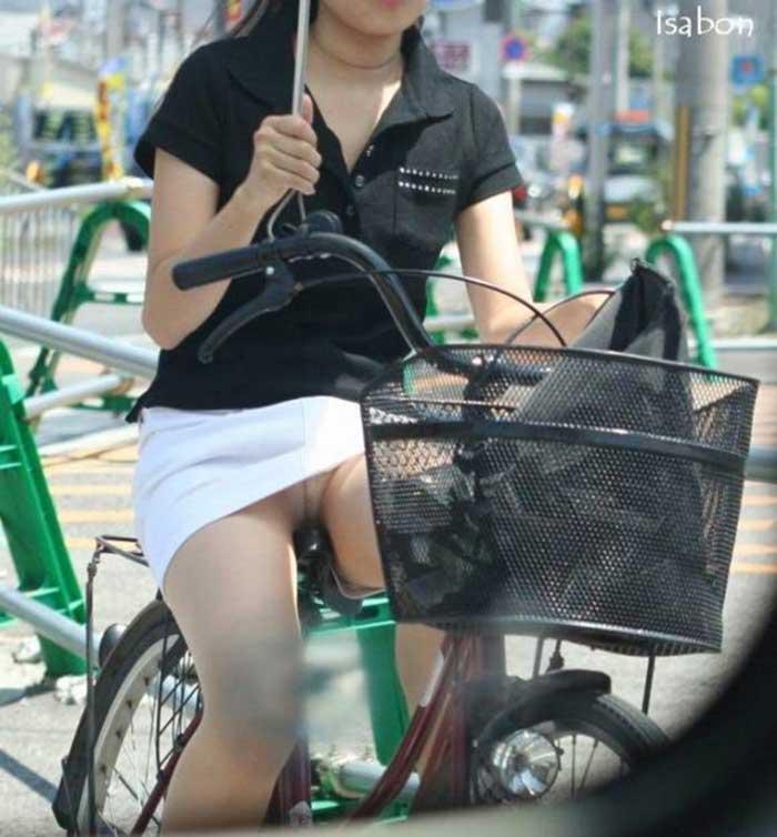 【自転車パンチラエロ画像】一日の始まりや終わりをを華やかにしてくれる自転車パンチラ!前も後もばっちり見えちゃった画像集めました。 16