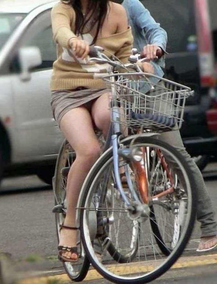 【自転車パンチラエロ画像】一日の始まりや終わりをを華やかにしてくれる自転車パンチラ!前も後もばっちり見えちゃった画像集めました。 20